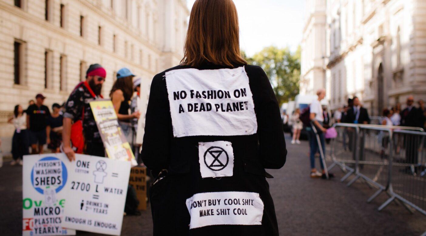 ロンドン・ファッション・ウィークで死を模した抗議と葬送行進により衣料品産業の気候変動への役割を指摘するエクスティンクション・リベリオン・イギリスの活動家たち。Photo:David Cliff