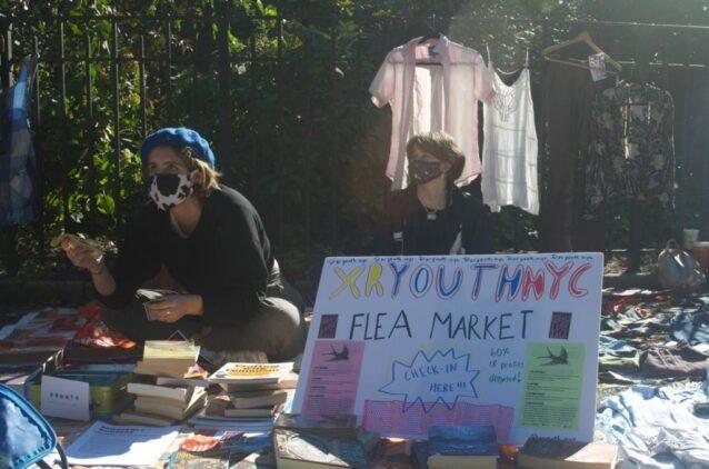 XRユースによるニューヨーク市の蚤の市で商談をまとめるソフィー・アンダーソン。高校生たちは衣類などを交換し、埋立地行きを止め、ニューヨーク市の相互援助団体のために1,500ドルを稼いだ。Photo:Lucia R. Harrison