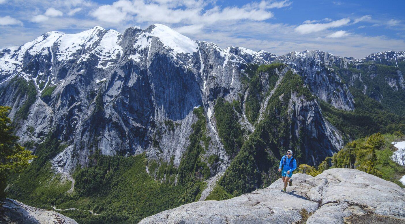 この花崗岩の稜線を見つけたおかげで、フェリペとロドリゴは速度を上げ、高度を稼ぐことができた。11月だというのに、セロ・アルコイリス頂上にはまだ雪があった。Photo: Rodrigo Manns
