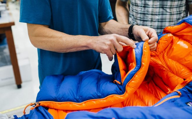 Every piece of gear will eventually wear out, and it will likely be the repairability of a zipper that decides its fate. Designer Casey Shaw and climber Steve House examine the crux of a new jacket's longevity. Ventura, California. Photo: Kyle Sparks どんなギアも最終的には壊れてしまうが、おそらくその運命はジッパーを修理できるかどうかにかかっている。デザイナーのキャセイ・ショーとクライマーのスティーブ・ハウスは、新しいジャケットの耐久性の弱点を検証する。カリフォルニア州ベンチュラ Photo: Kyle Sparks