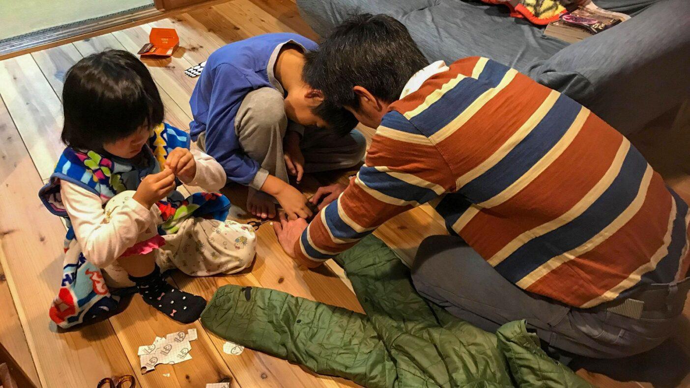 家族でシールを貼ってジャケットを修理中。
