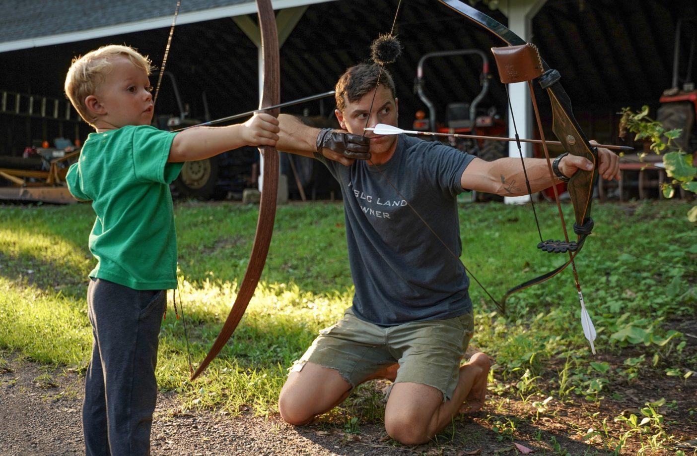 この父にして、この子あり。家族の農園で平和を乱す5歳の息子カールを手伝う、現在36歳のアンディ。カールははじめてもらった弓を最近卒業し、2番目の弓を使うまでに成長。どちらの弓も父アンディの手作りである。コネチカット州ニューウィントンPhoto : JimBillipp