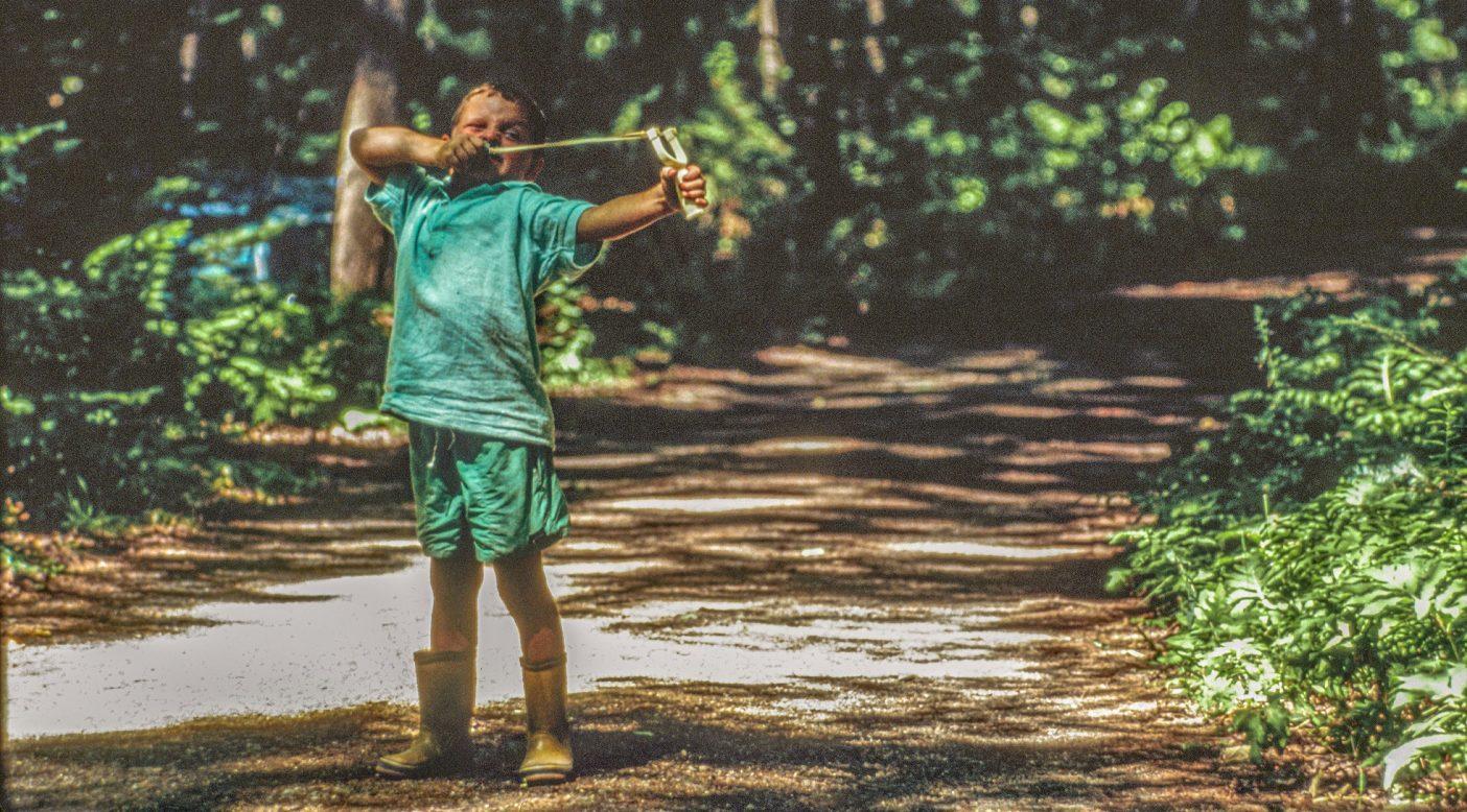 ゴリアテもびっくり。メイン州オークランドで親戚が1週間集まったときに狙いを定めるアンディ・ビリップ。1992年夏のキッズ・カタログに掲載された。Photo : JimBillipp
