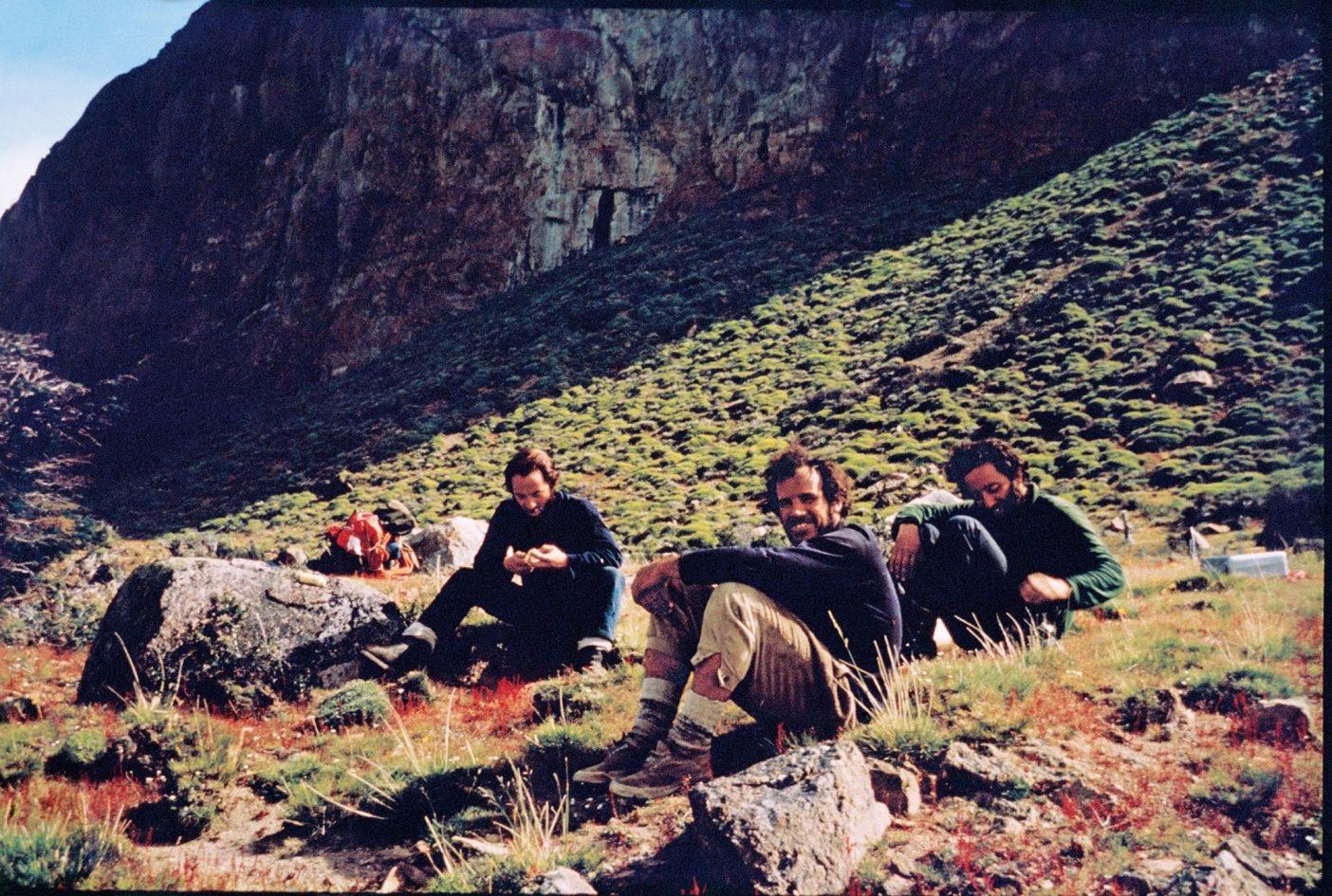 素晴らしい味は産地に根差す傾向にある。1968年のフィッツロイ登攀達成前に、チミチュリ風味の昼食で休憩を取るイヴォン・シュイナード、ダグ・トンプキンス、リト・テハダ・フロレス(左から右へ)。アルゼンチン、ロス・グラシアレス国立公園Photo : Chris Jones