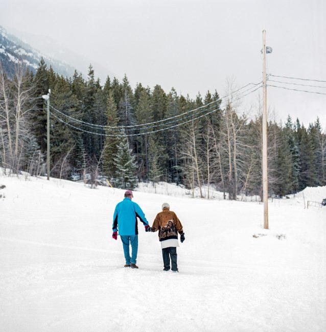 ワピティ・スキークラブを訪れたあと、駐車場へと歩いて戻る老夫婦。Photo: Kari Medig