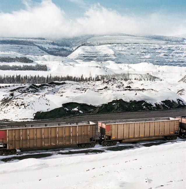 ブリティッシュ・コロンビア州エルクフォードの近くにあるフォーディング・リバー炭鉱で、石炭が満載されるのを待つ貨車。大量の石炭はエルク・バレーからバンクーバーへ鉄道で約1,000キロメートルも移動し、そこからさらに世界中(おもに中国)へと運ばれて製鋼に使われる。Photo: Kari Medig