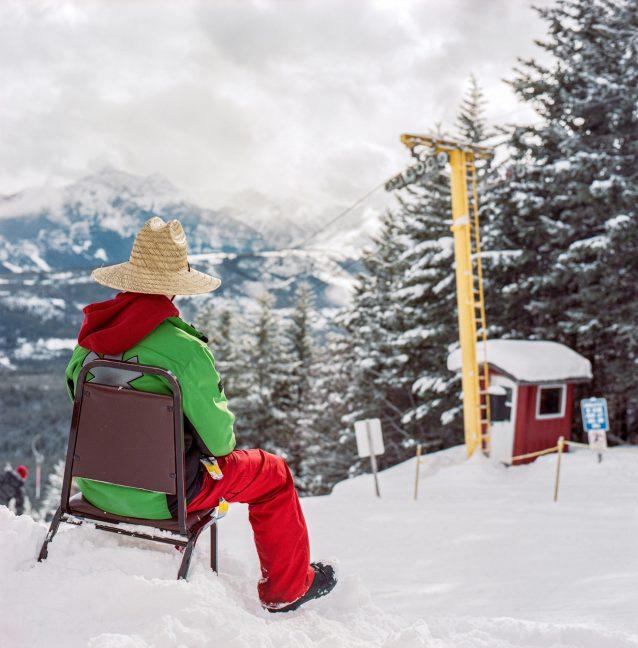 ワピティ・スキークラブのTバーリフトの上で、ボランティアのスキーパトローラーとして働くブレイデン・ソレンセン。Photo: Kari Medig