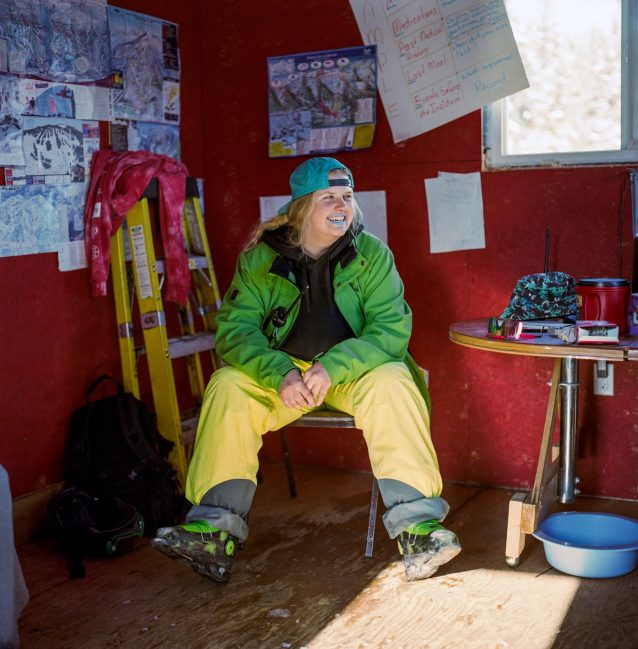 ワピティ・スキークラブでスキーパトロールとスキー教室の代表を務める、エルクフォードの住民アビー・ピーターソン。Photo: Kari Medig