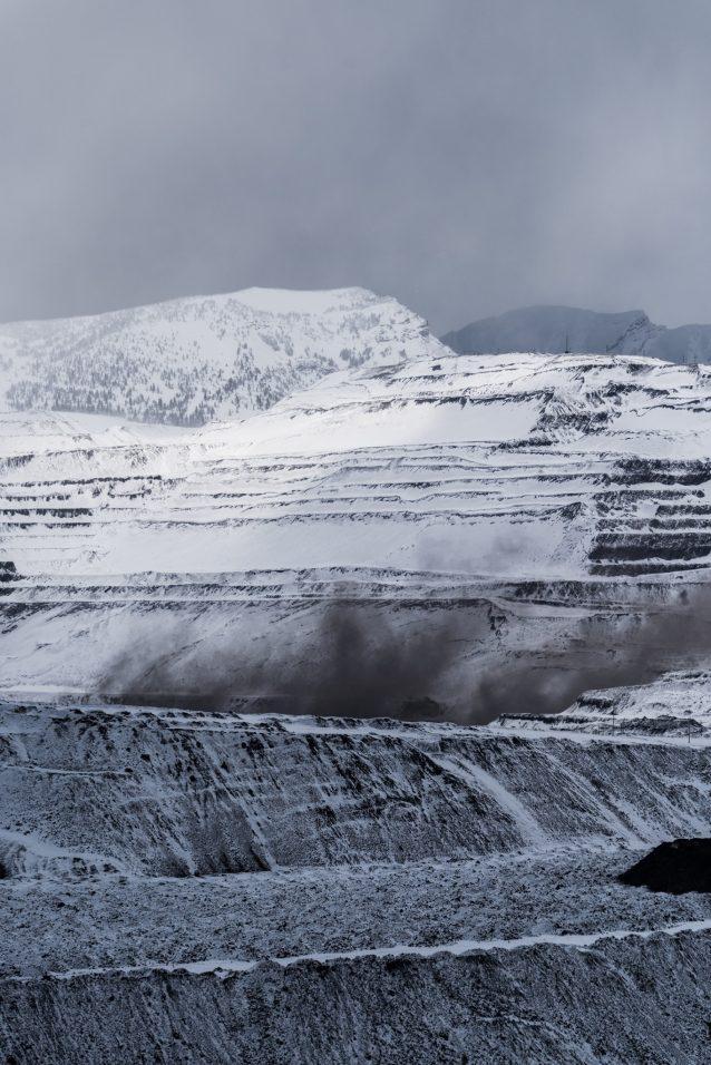 変わり果てた大地。テック・リソーシズのフォーディング・リバー炭鉱で日中の爆破作業により立ち昇る石炭の粉塵。地表から数十メートル下に埋れた炭層に到達する必要があるため、「重荷(北米の鉱業界で山を意味する俗語)」が人工的に除去される。Photo: Kari Medig
