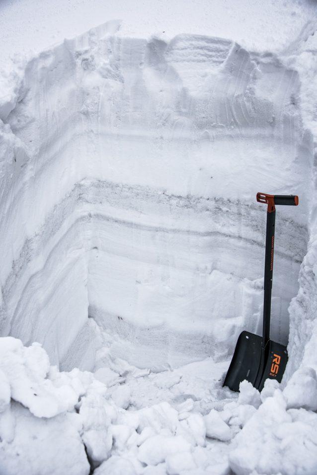 地元の積雪に見られる通常の深さの白い帯の上にかかった石炭の粉塵の層は、テック・リソーシズのフォーディング・リバー炭鉱に近い尾根での冬の嵐と風を記録している。この土地一帯でこれほどの量の石炭の粉塵が水質に及ぼす影響は広範には調査されていないものの、雪に含まれている物質は、それが何であろうと、地元の水域に混入することは避けられない。また、表面が黒くなった不自然な雪は太陽光を反射しにくいことから、白い雪よりもずっと早く解けることがわかっており、石炭の粉塵は積雪の健全性にも影響を与える可能性がある。Photo: Kari Medig