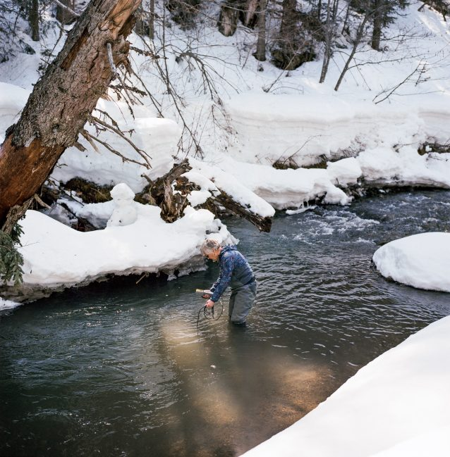 ブリティッシュ・コロンビア州ファーニーの近くにあるリザード・クリークで、濁度の検査を行うエルク・リバー流域同盟の理事長リーアン・ウォーカー。リザード・クリークは、エルク・リバーの支流の中でほぼ未開発の数少ない川のひとつであるため、比較の基準点として使われる。Photo: Kari Medig