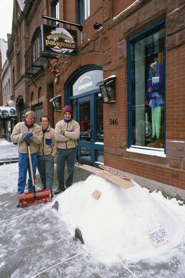 スノータイヤを搭載済み。1990年代半ばのパタゴニア ボストン・ストアのスタッフ。Photo:Patagonia Archives