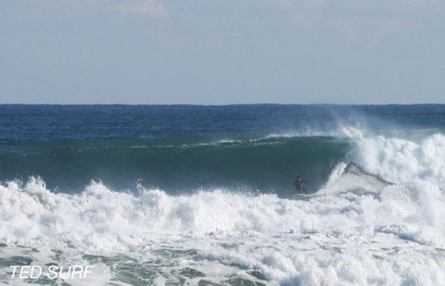中里海岸のアウトサイド。南側での護岸工事が進み沖への砂の付き方が悪くなりこのようなブレイクはなくなってしまった。Photo :  TED SURF