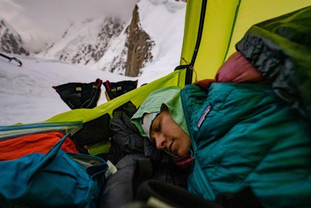 カニ・バサ・サールの下部側壁、5,800メートル付近での高度順化で、軽い頭痛に対処するアン・ギルバート。クライミングのすべては「過程」だ。その過程の一部では、高高度に慣れるために多大な時間と体力が要求される。Caption & Photo : Jason Thompson