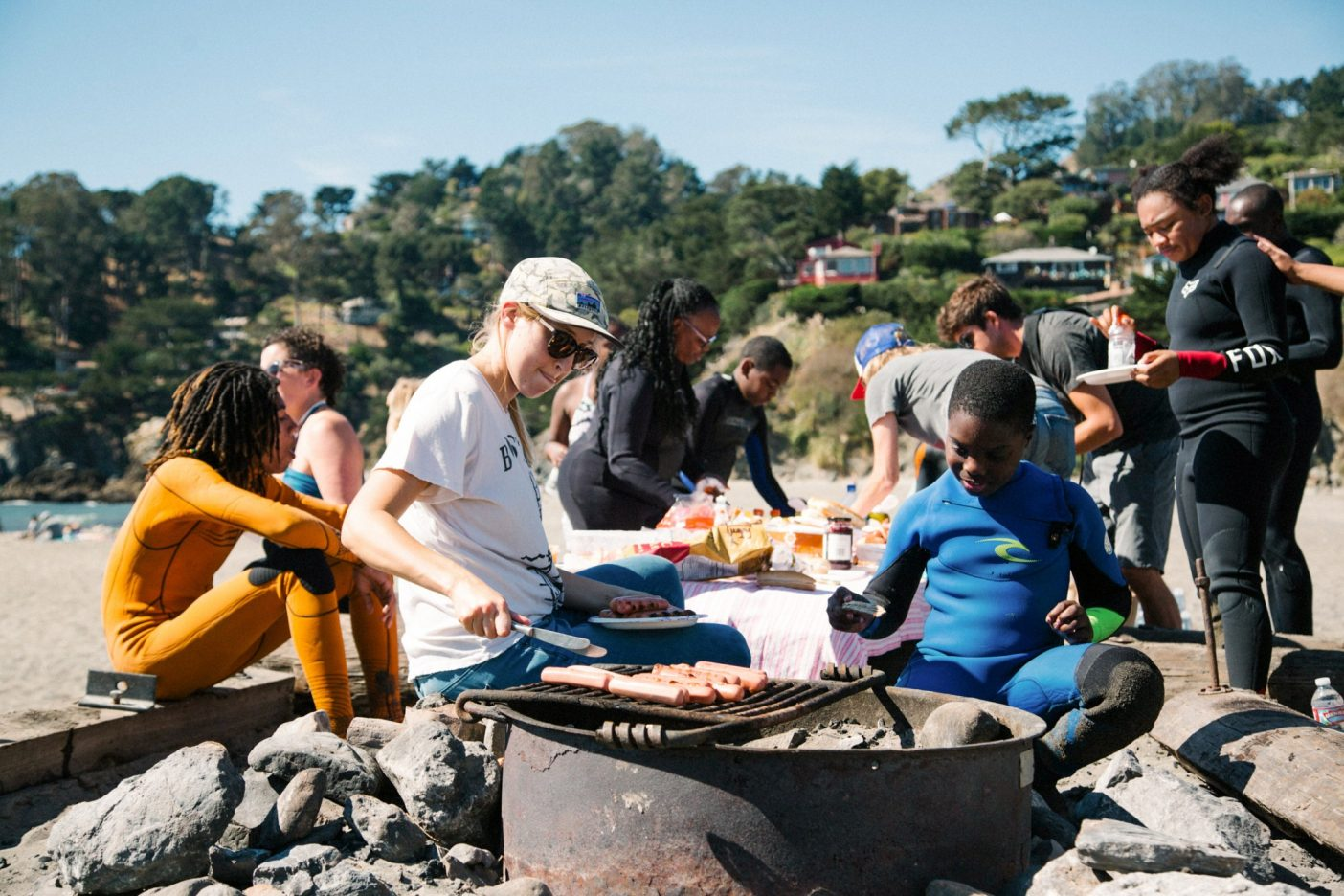 わずかな砂、たき火で焼いたホットドッグ、友だちとの波乗り、それらに尽きる。カリフォルニア州マリン郡 Photo:Donnie Hedden