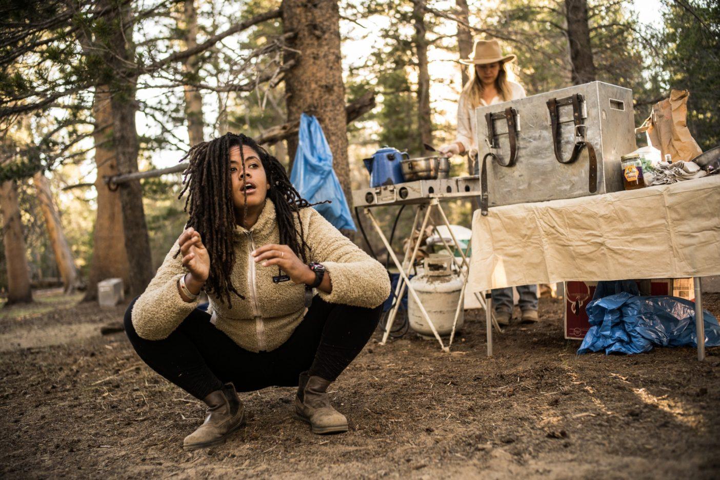 パトリスが痛むお尻をストレッチしている間、アニエラは1日の旅のエネルギーとなる朝食とコーヒーを準備する。Photo:Taylor Rees