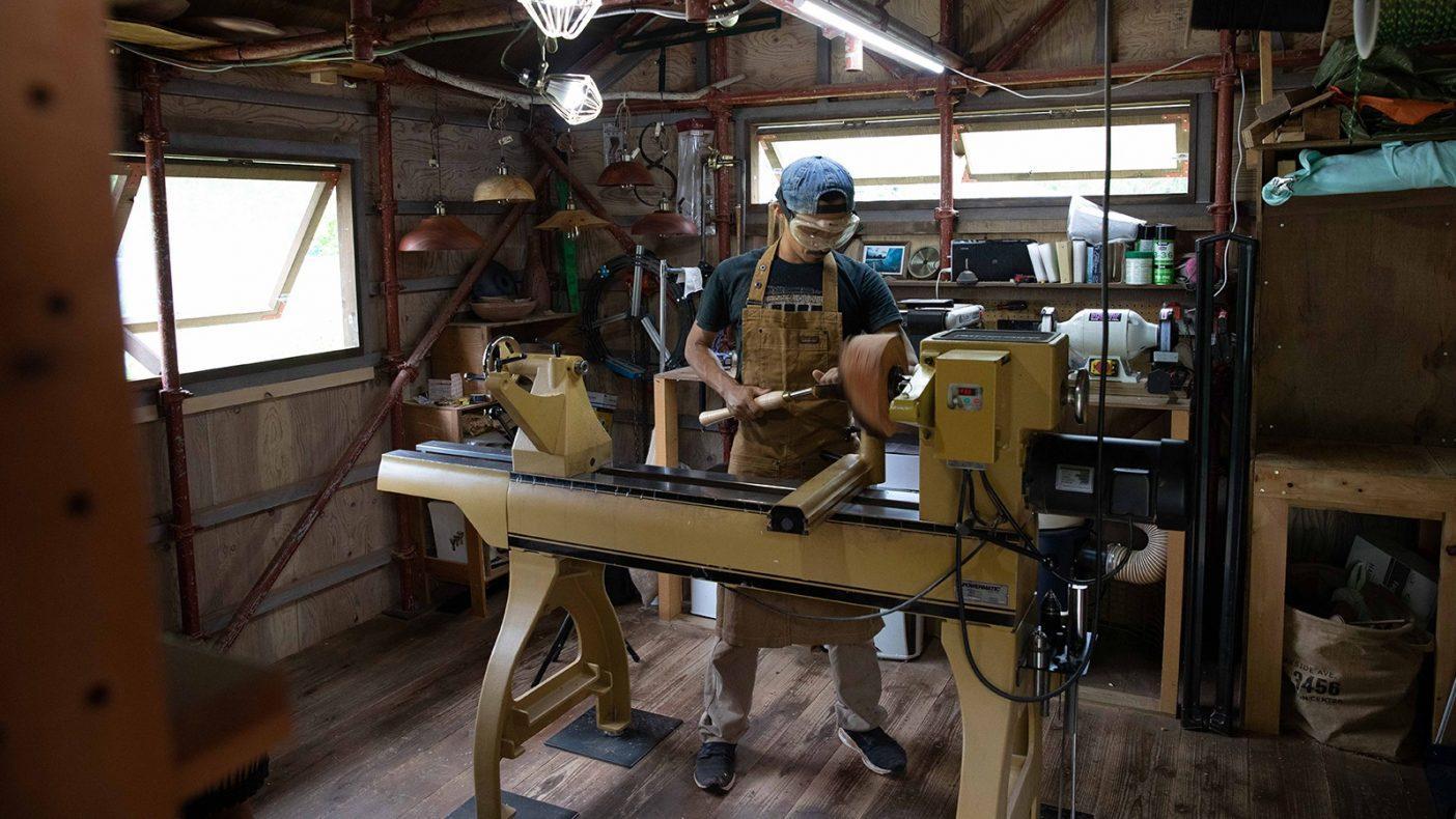 妥協のない手作りでの制作のため、1日で作ることのできる器の数は最大でも2〜3つほど。後ろに見えるランプシェードは器作りで穴が開き、失敗した事から生まれた。Photo:Reo Fukumoto