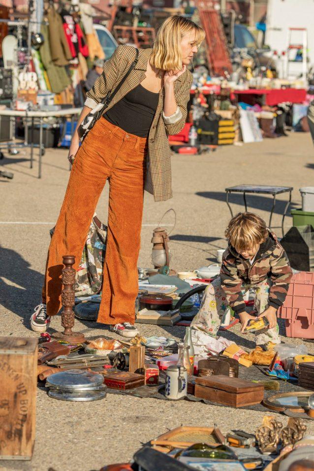 フリーマーケットでの宝探しを伝授。クラフトにリメイクするための端切れやおもちゃを探すコートニーとサミー。Photo: Tim Davis