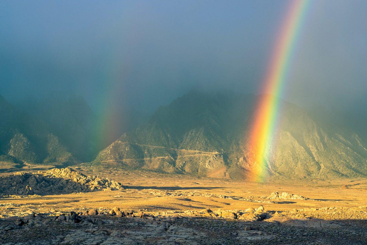 高地砂漠のまれな降雨が、アラバマヒルズの異世界のような風景に、幻想的な光と虹を作る。Photo: Matthew Tufts