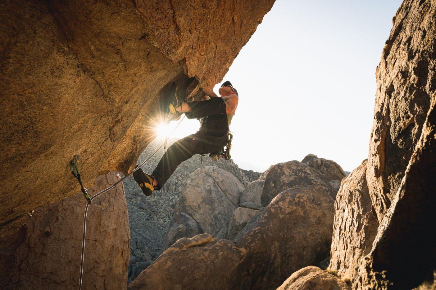「Down not Out」(めげても、やめるな)は、緑青のもろい板状の岩を利用しなければならないヒルズ周辺のクライマーの合言葉だ。しかし、ヒルズのクライミング歴10年のマイルズ・モーザーは、頑丈な岩場を知っている。モーザーはジョーブレーカー(5.11d)に向けて大きなヒールフックを放つ。Photo: Matthew Tufts