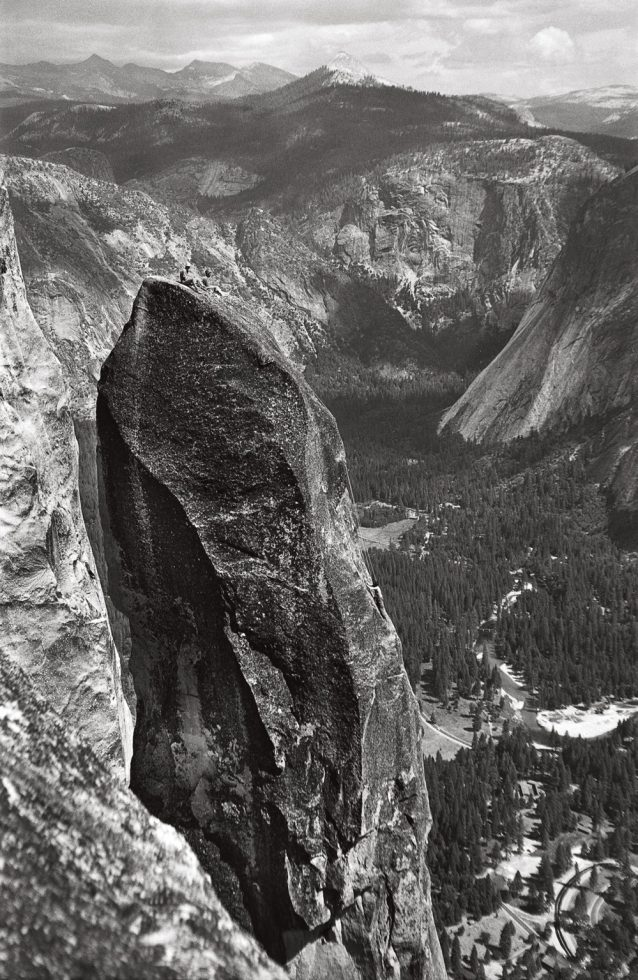 ロストアロー・チムニーの2回目の登攀で、フランク・ターバーとボブ・スウィフトは頂上でくつろぎ、ウォレン・ハーディングはハーケンを回収する。 Photo from Yosemite in the Fifties: The Iron Age / George Whitmore