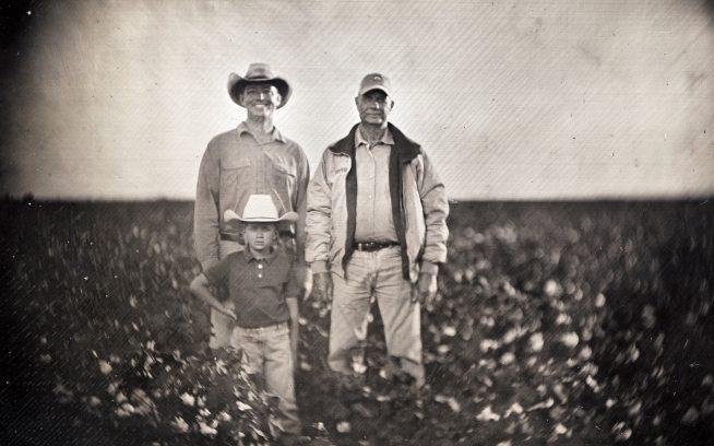 父のジェリー、息子のローガンとともに、一家三代でオーガニック業をつづけてきた土地に立つアーロン・ヴォグラー。テキサス北西のハイ・プレインズ Photo:GilesClement