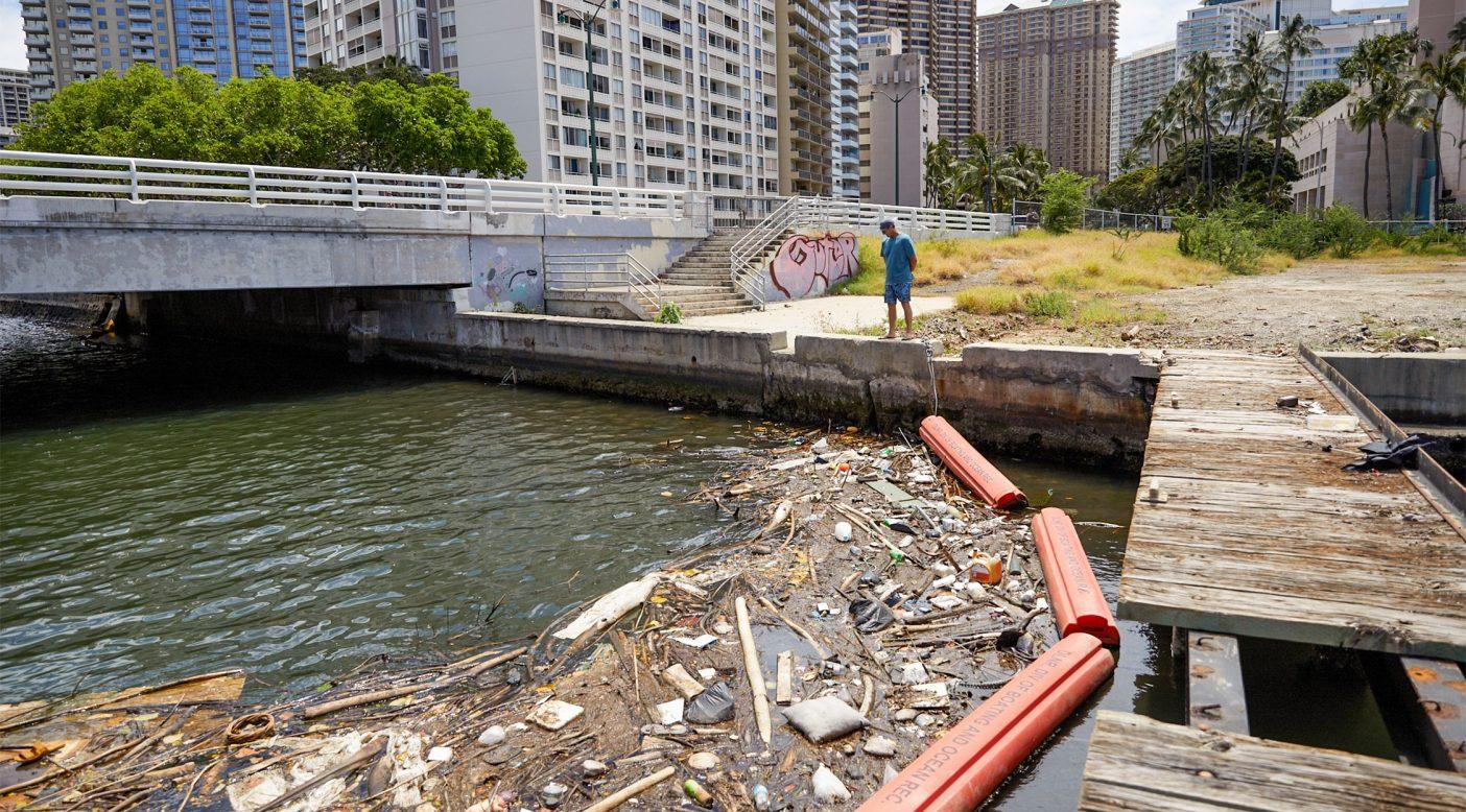 ベン・ウィルキンソンは、アラワイハーバーや海洋全般を悩ませる今や見慣れた「掃きだめ」を見つめる。オアフ島ホノルル Photo: Ryan T. Foley