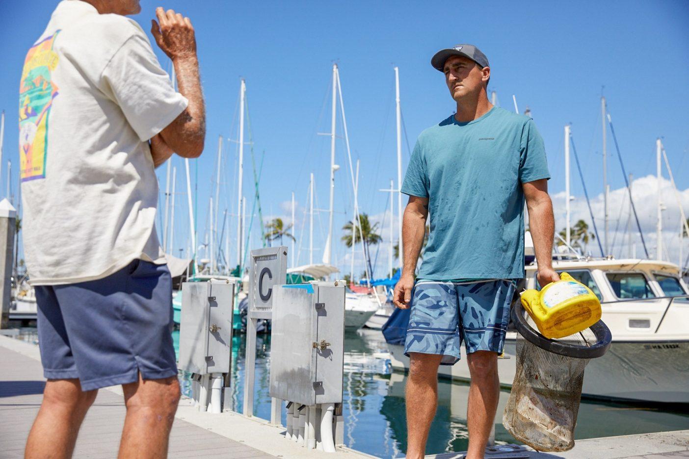 ハーバーでの奉仕活動がスタートした。興味津々の通行人にシービンの機能を説明するウィルキンソン。Photo: Ryan T. Foley