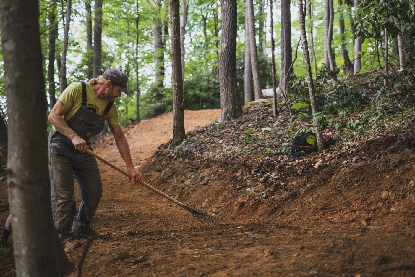 アーティストが筆と絵の具を使うように、ライターでありトレイルビルダーのクリスチャン・ジャクソンは土と熊手とペンを使う。Photo:TJ Kearns