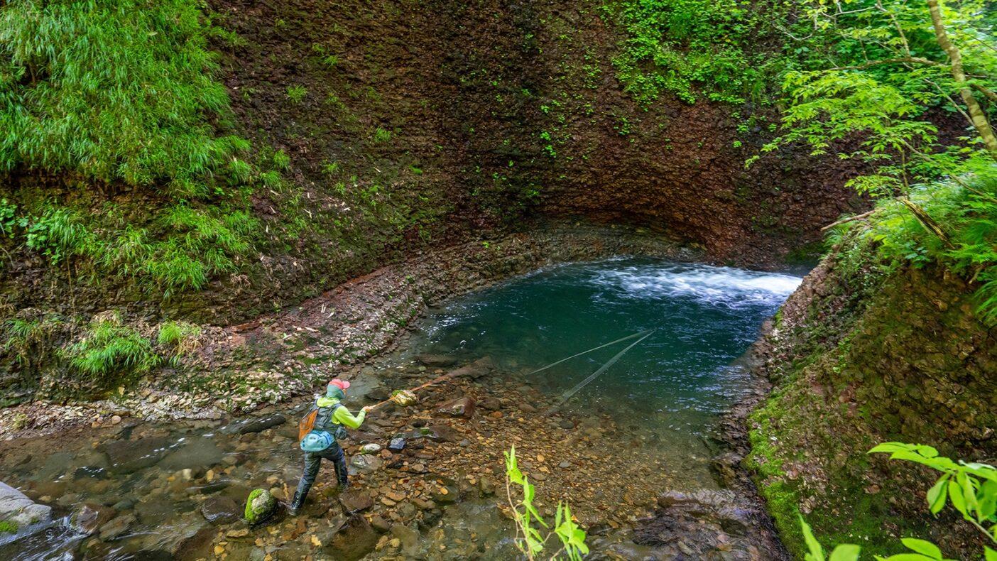滝壺のプールは絶好のポイント。流れ出しの水深が変化する付近と両サイドの壁際を丹念に探る。写真:奥本 昌夫