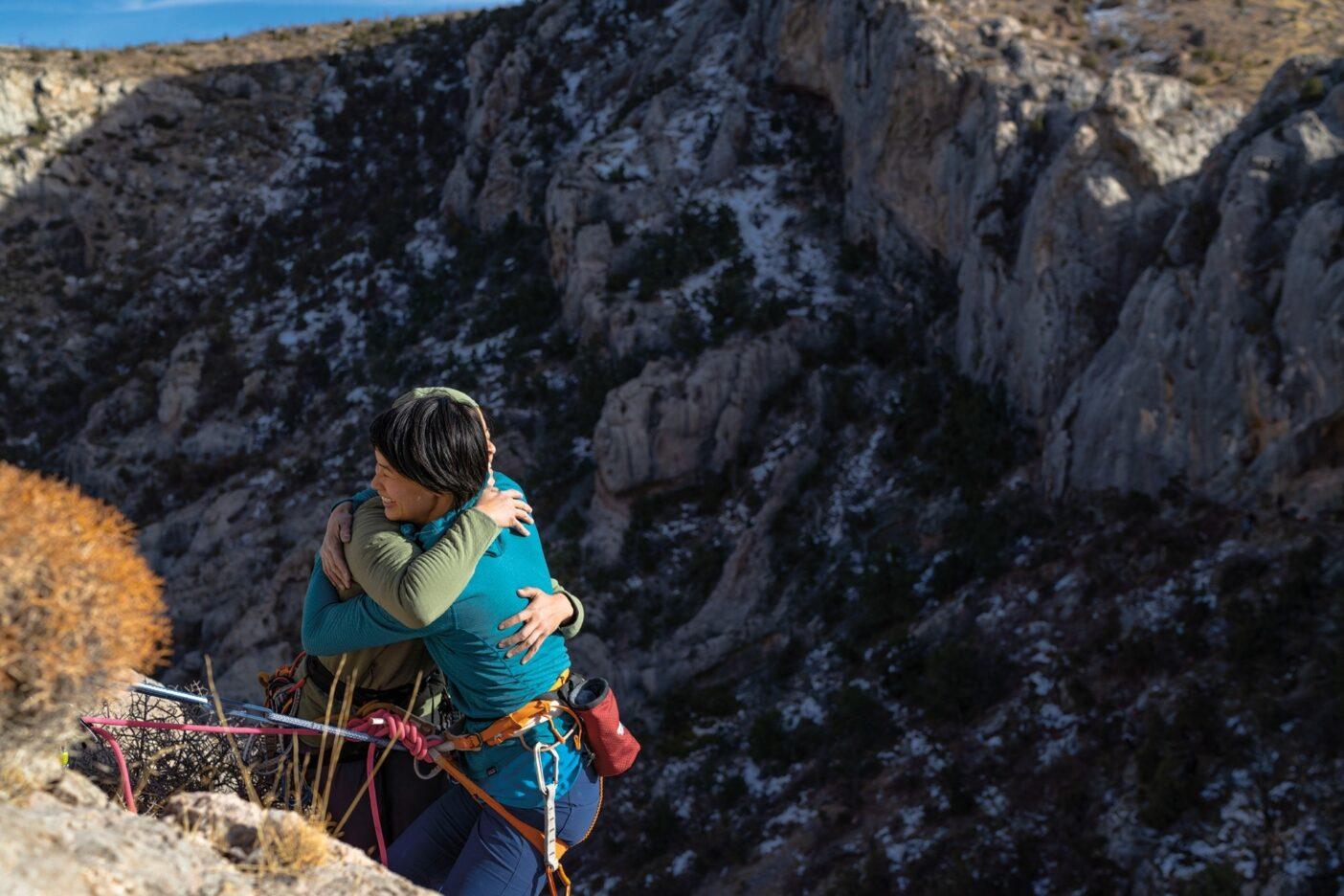 登りきって、絶景にハグ。Photo : Drew Smith