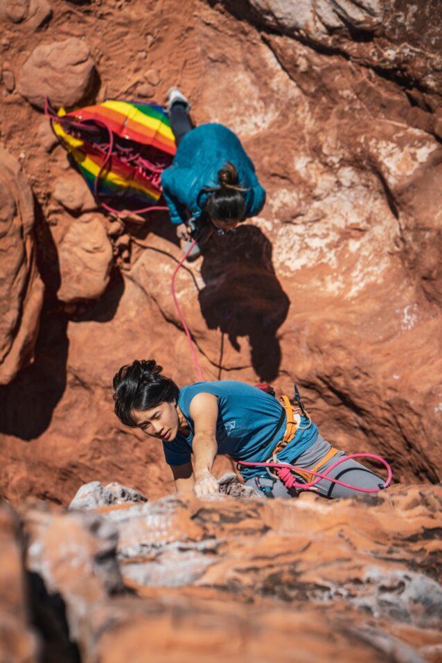 ふたりはクライミングと人生のパートナー。ジョアンのビレイで難所に取り付くエミリーン。Photo : Drew Smith