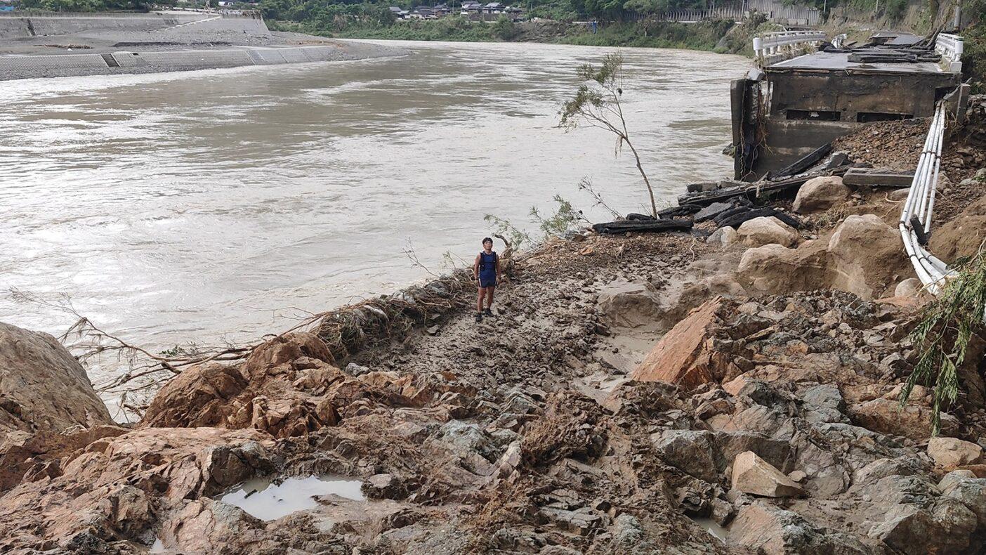 川岸には土砂が押し寄せ国道219号線は完全崩落していました。写真:金澤ゆう