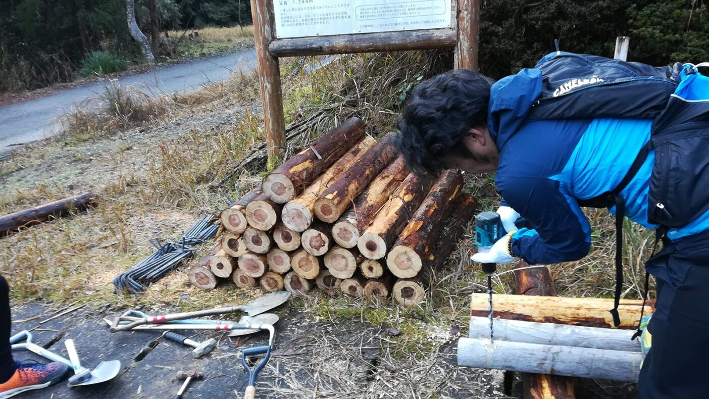 土留め用の木材を仕込み中。写真:吉田 諭祐