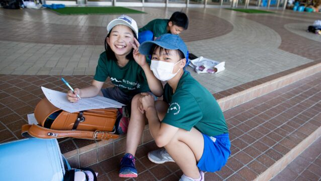 授業が終わると小学1年から6年までの生徒が集まってくる。写真:藤巻 翔