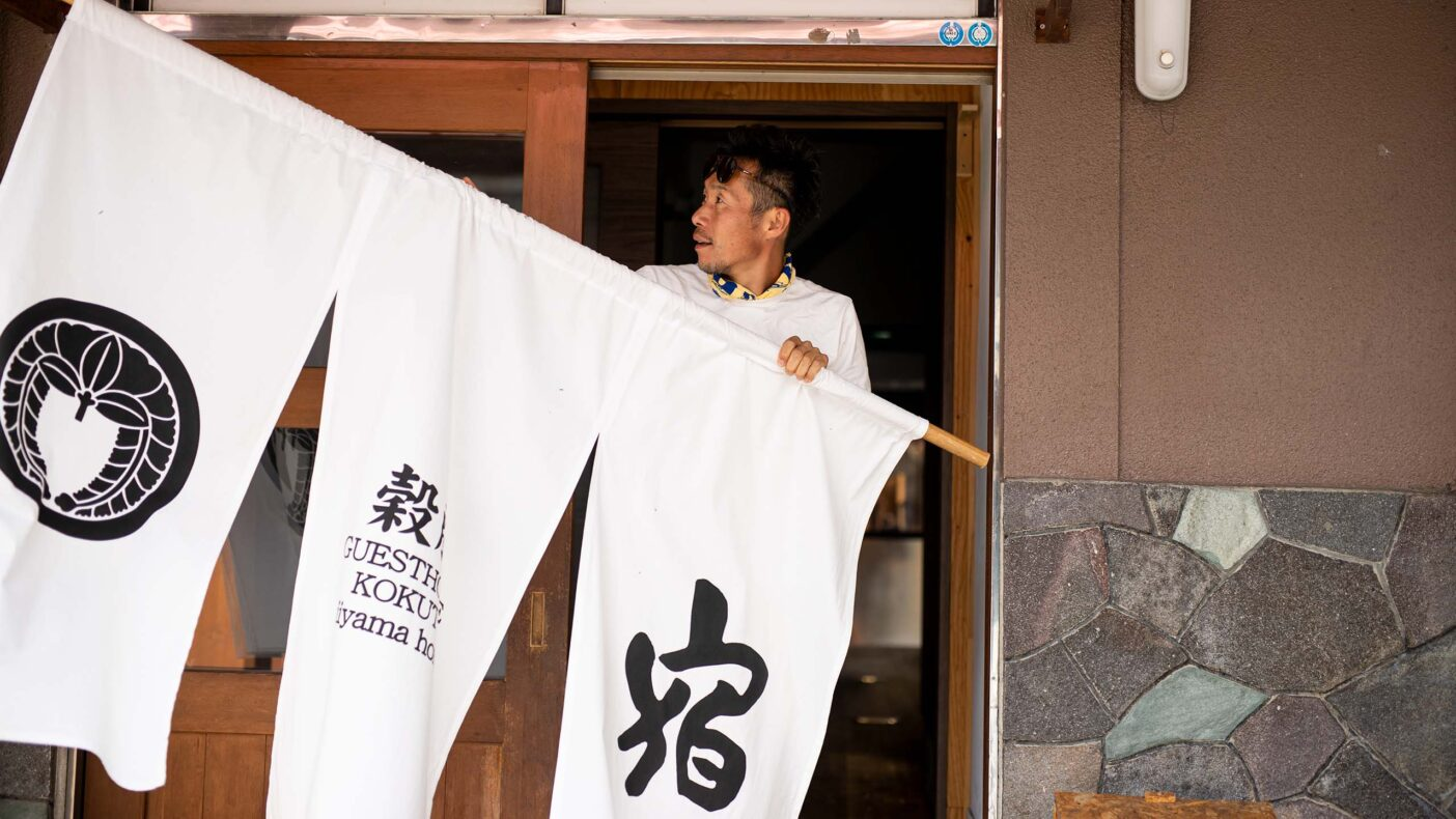 飯山のパウダースノーは国内外のスキーヤーに人気。仏壇通りにあるゲストハウス「KOKUTO iiyama home」も冬はスキーヤーで賑わう。写真:藤巻 翔