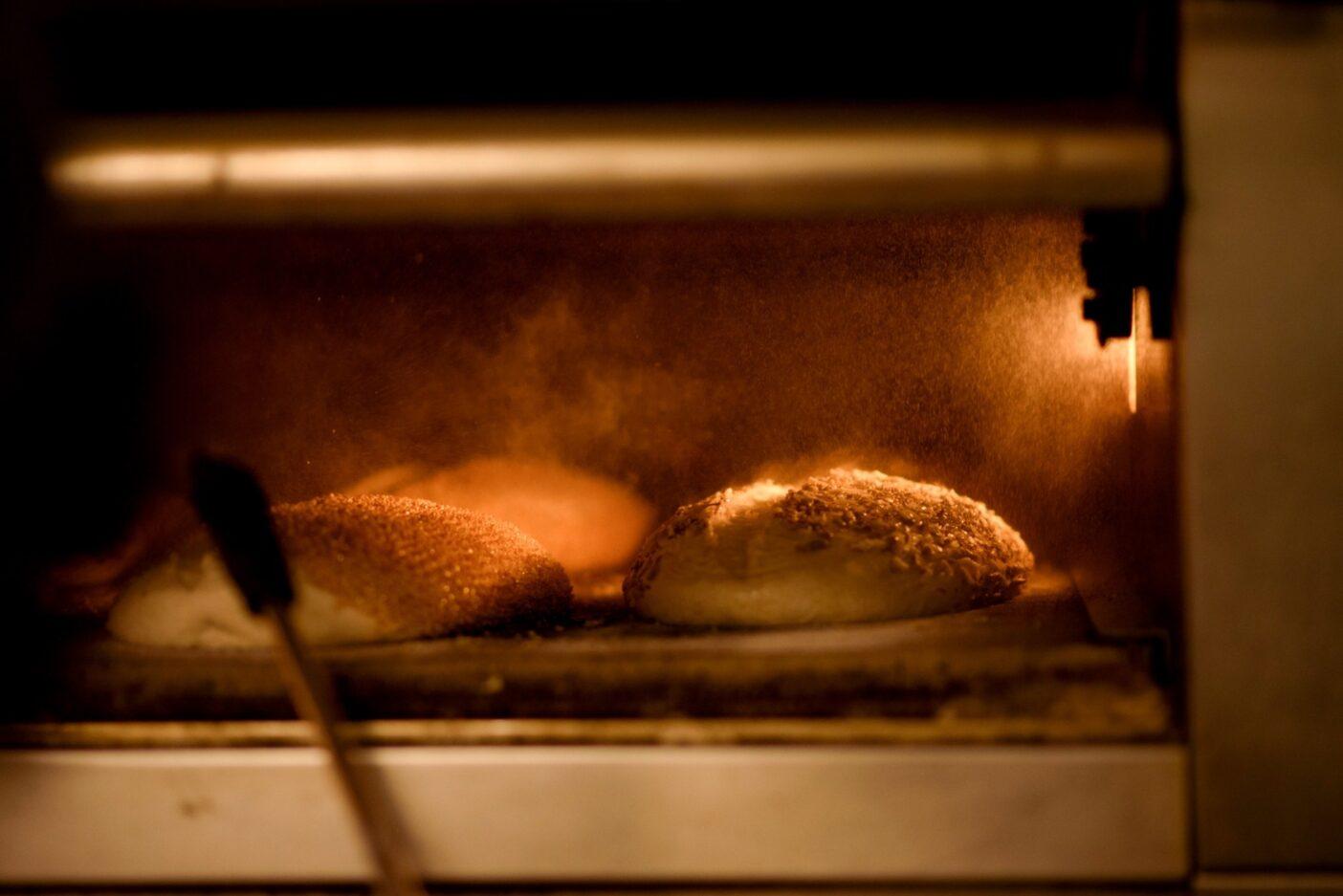 デニコラが早起きする理由。パンは、コミュニティと同じように、自然な材料に温かさや愛を加える魔法から生まれる。Photo: Joe Haeberle
