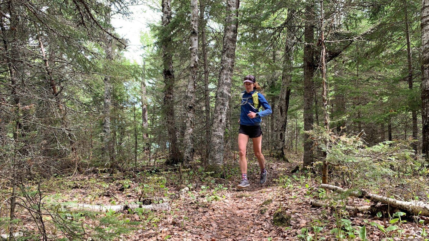 島の内陸部、深い森林に囲まれたミノン・リッジ・トレイルを駆け抜ける。Photo: Monica Prelle