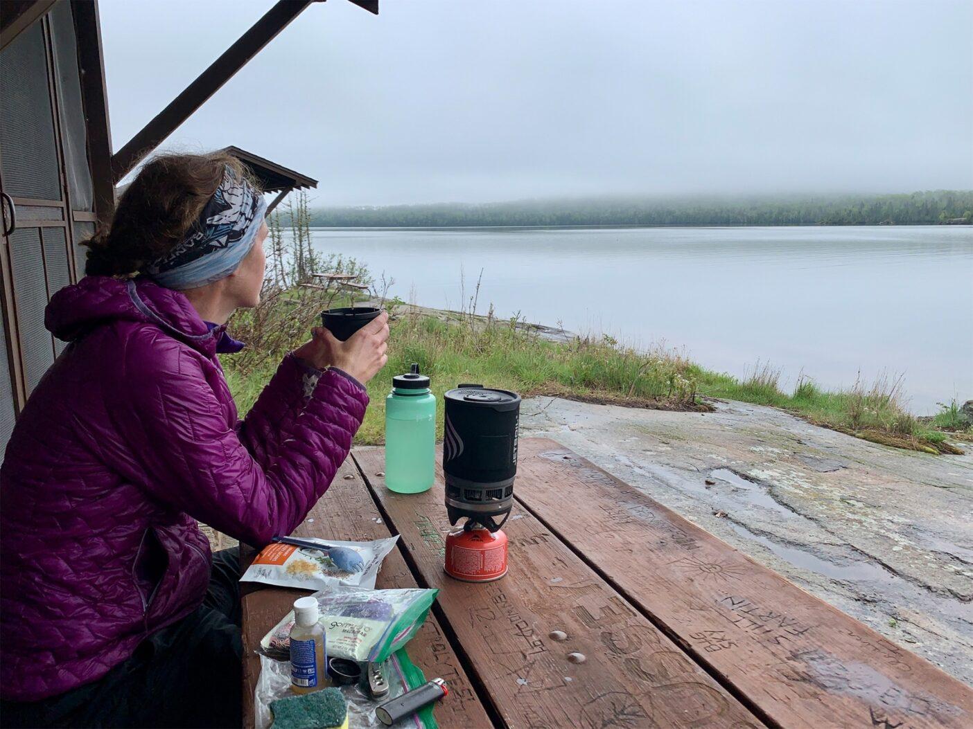 モスキーベイシンで、嵐が広がるのを見ながらホットティーを飲む。Photo: Monica Prelle
