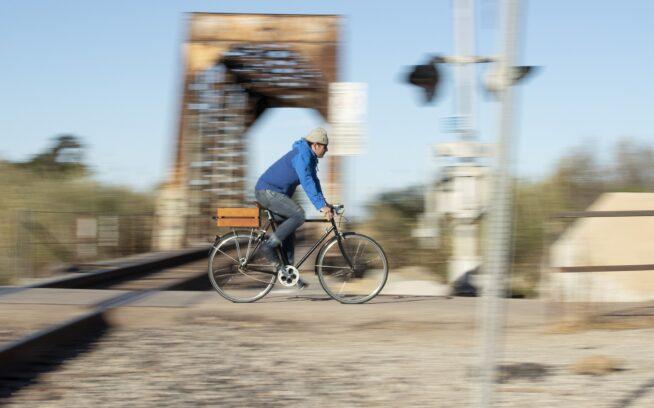 8,000キロメートル以上の距離をこのジーンズで旅し、さらに記録更新中のマーク・リトル。毎日の通勤の往復16キロメートルを含め、2年半近くずっとはきつづけた。Photo : Tim Davis