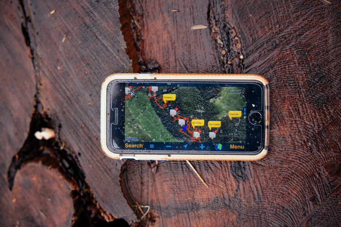 ワットは古木を捜索する遠征の計画や記録にGPSを使用している。写真のMotionX-GPSアプリは、ワットのケイキューズ川流域での最新の森林の状況を表示しており、目立つ大木にタグが付けられている。Photo: Jeremy Koreski
