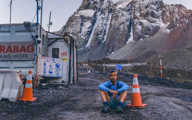 アルト・マイポ・パイプラインを辿って120キロ走った後、フェリペ・カンシーノは、この巨大水力発電プロジェクトの開発に晒された場所に及ぼす影響について考え座り込む。チリ、マイポ渓谷のヴァレ・デ・ラス・アレナス。Photo:Rodrigo Manns