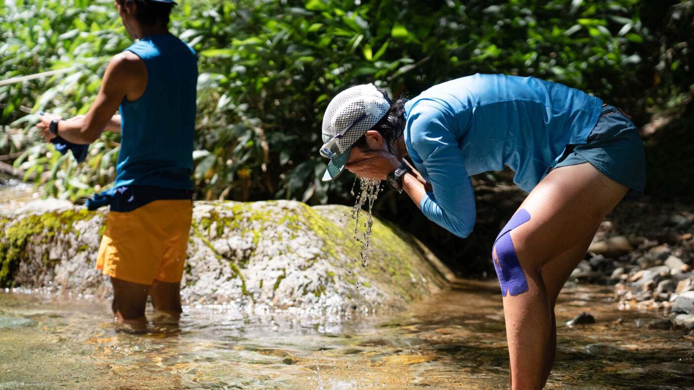 沢の水の冷たさは格別の気持ちよさ 写真:小関 信平