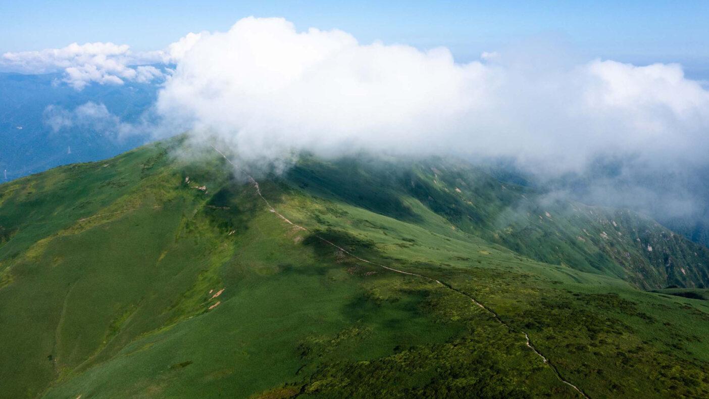 360度を見渡す限り山に囲まれた「ぐんま県境トレイル」この先にはどんな景色が待っているのだろうか 写真:小関 信平