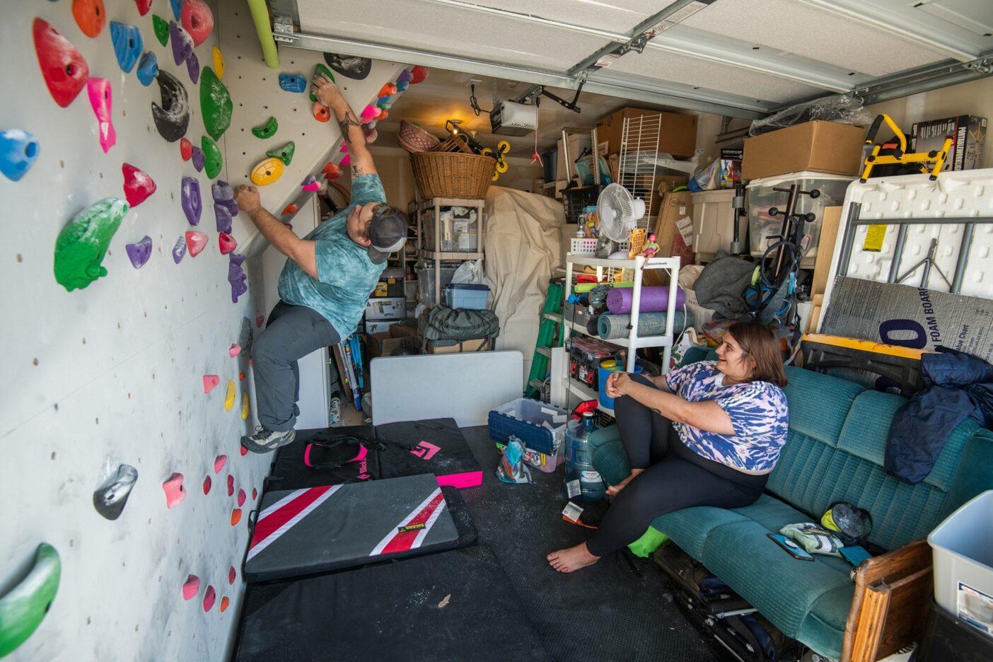 自宅のガレージのお手製の壁でセッションを楽しむドリューとサラ。ともにクライミングの世界に足を踏み入れたことで、彼らの信頼関係はさらに強くなった。Photo : Austin Siadak