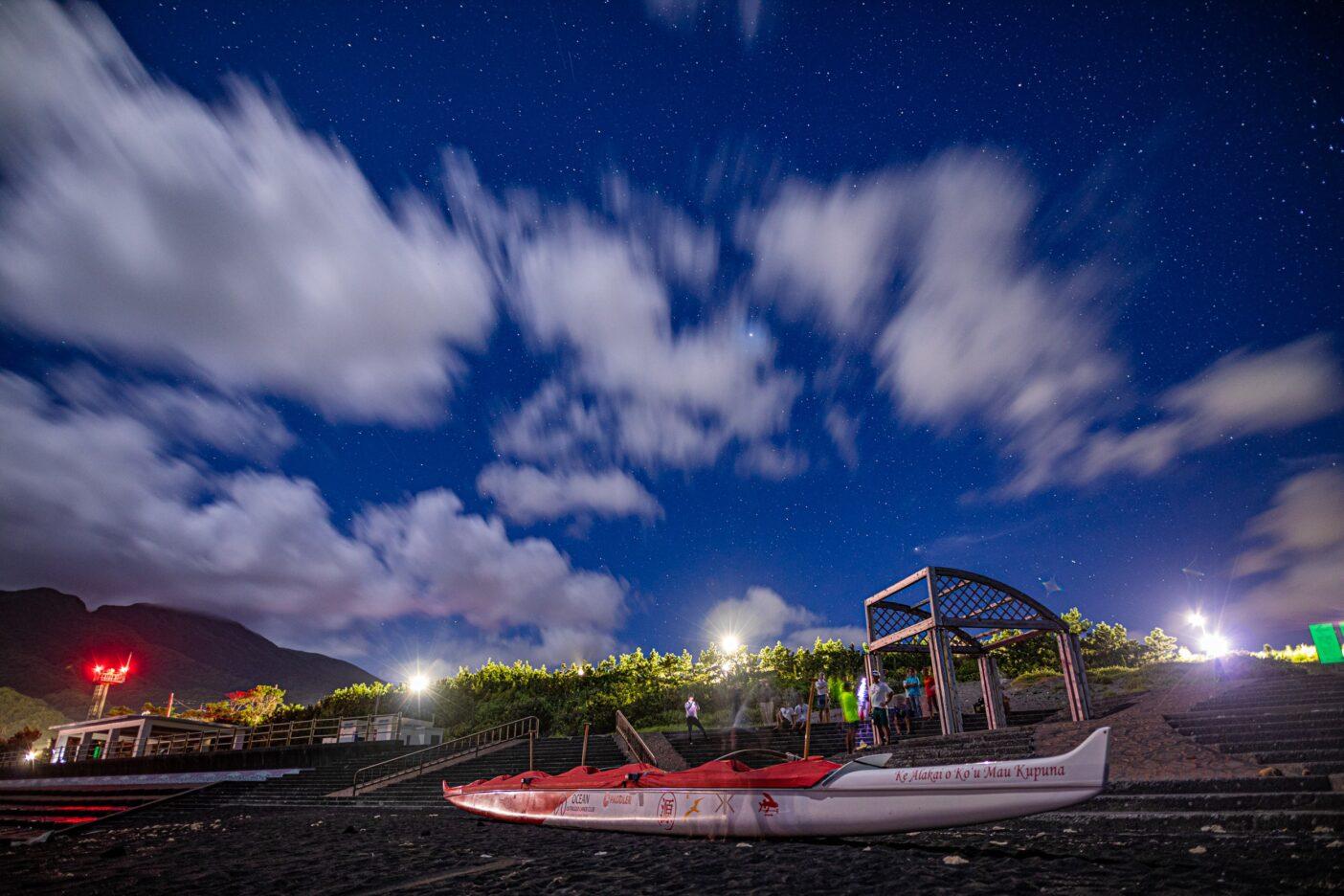 満天の星空に強い風が吹く。空を読み、風を占うカヌーピープルたち。Photo:Sayoko Suzuki