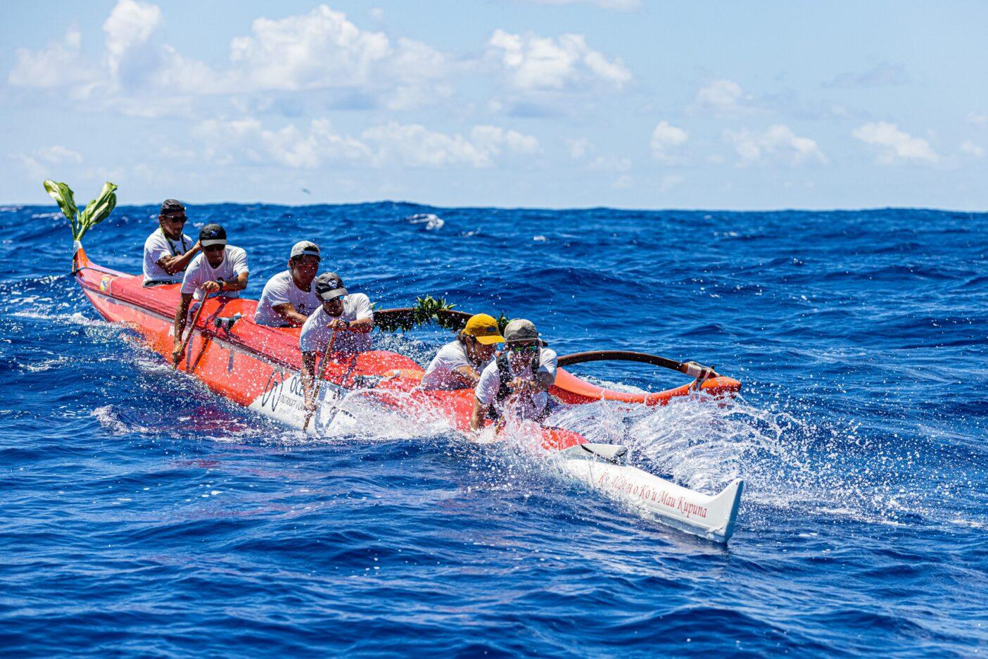 黒潮と向かい風がぶつかる荒れた外洋。うねりを越え、アウトリガーカヌーを漕ぎすすめる。Photo:Sayoko Suzuki