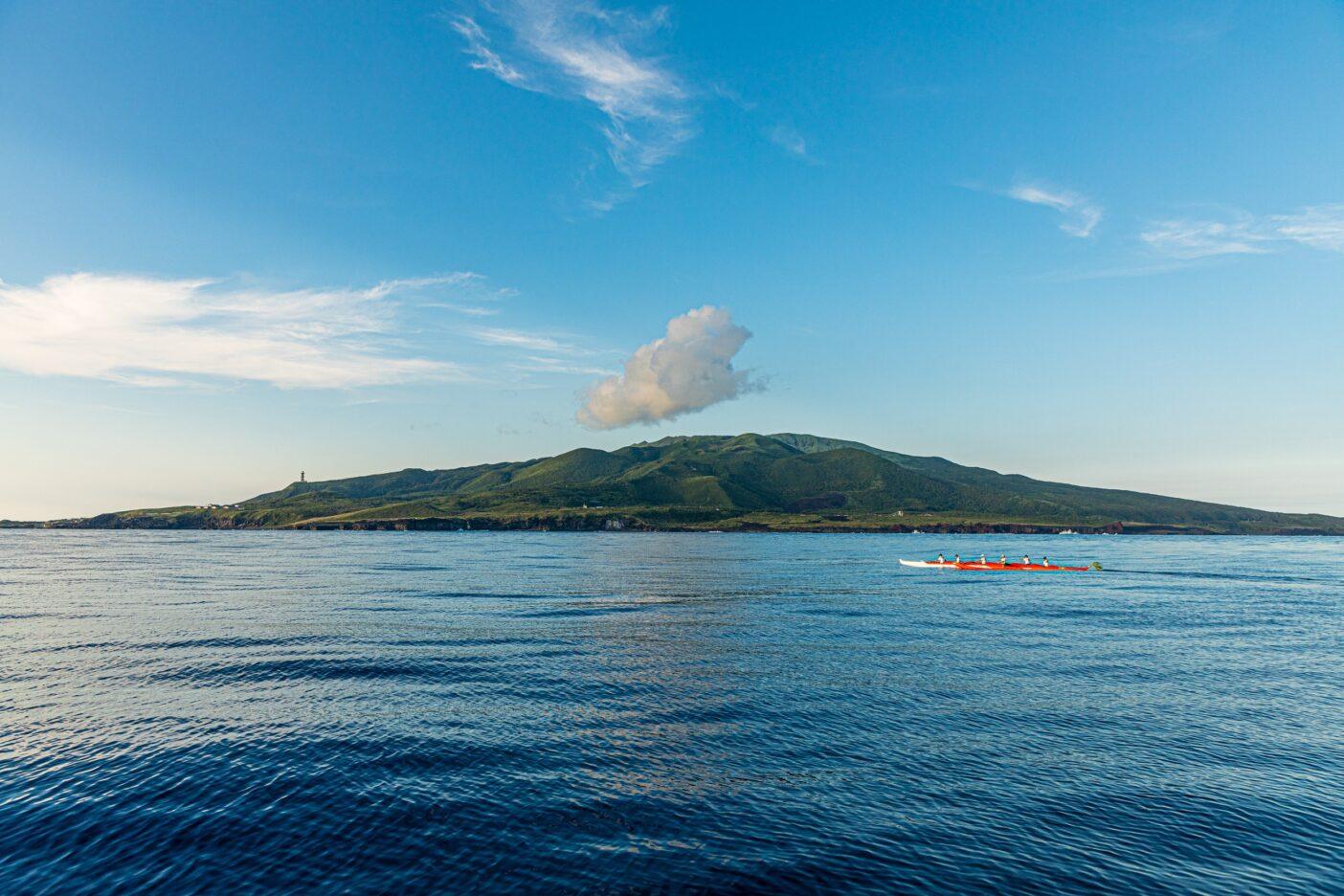 八丈島から漕ぐこと117.35km、13時間21分21秒をかけて三宅島へ。カヌーで昇り下りしたうねりの累積標高差は3019m。Photo:Sayoko Suzuki