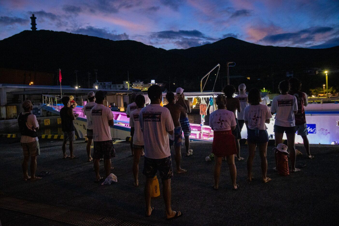 太陽が昇る頃、東の空に向けてチャントを捧げる。漕ぎ出す前に行なう、いつもの大切な儀式。Photo:Sayoko Suzuki