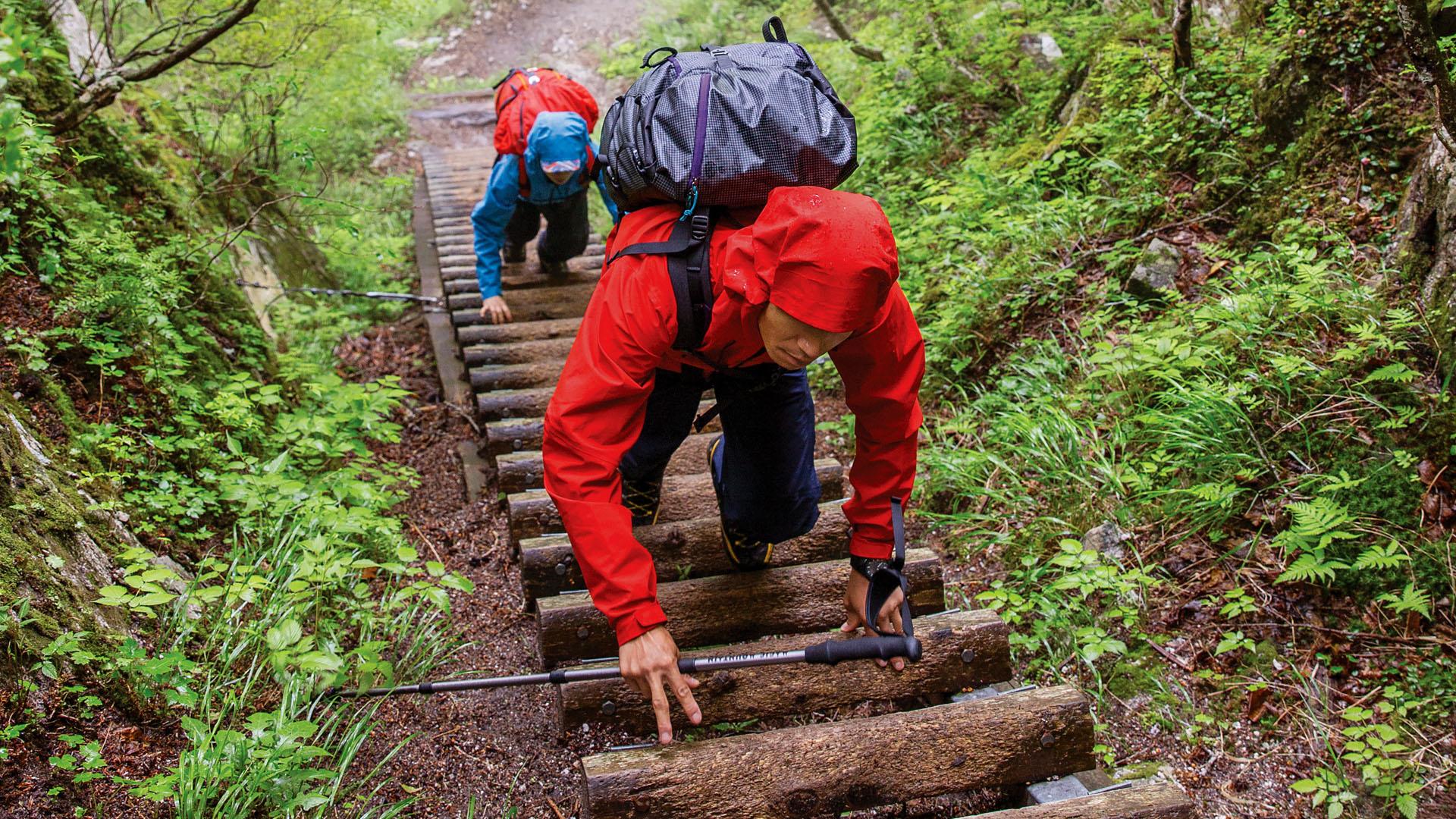 雨季のはじまりを迎えた甲斐駒ヶ岳で、霧雨の中を登り進む花谷泰広と岡本理沙。 JEFF JOHNSON